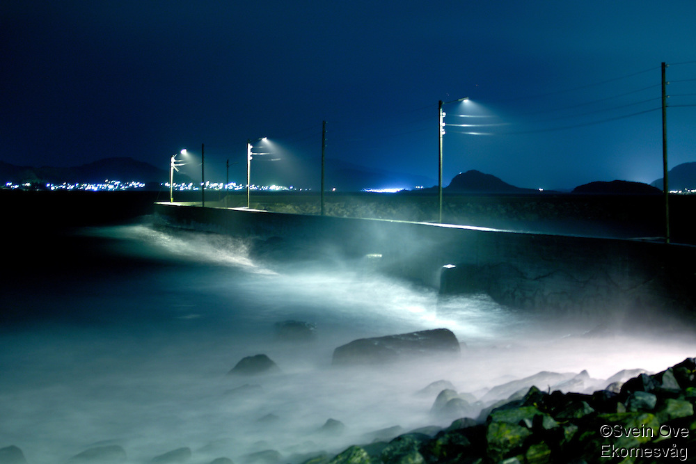 Bølger slår innover Alnes i Giske kommune under uværet fredag kveld.<br /> Foto: Svein Ove Ekornesvåg