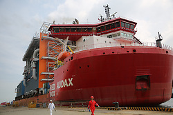 A shipping boat loaded with two module fabrications of Yamal LNG left Qingdao Port,east China's Shandong Province for Russia,Aug.16, 2017. Yamal is world¡¯s largest LNG project located deep in the Russian Arctic. Three million tons of LNG will be transported to China annually. PetroChina is the second largest shareholder of the project. (Photo by Top Photo)