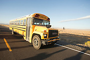 Een schoolbus rijdt over de SR305 bij Battle Mountain.<br />