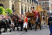 """Aankomst koninklijke familie in de gouden koets bij Paleis Nooreinde voor de """"balkonscène""""op Prinsjesdag 2012. /// Arrival royal family in the golden coach at palace Noordeinde on """"Prinsjesdag""""in The Hague<br /> <br /> Op de foto / On the photo: <br />  Koningin Beatrix, kroonprins Willem-Alexander en prinses Máxima arriveren met de gouden koets"""