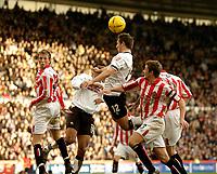 Fotball<br /> England 2004/22005<br /> Foto: SBI/Digitalsport<br /> NORWAY ONLY<br /> <br /> Derby County v Sunderland<br /> <br /> Coca Cola Championship. 16/01/2005<br /> <br /> Derby's Tommy Smith (#12) climbs higher than the Sunderland defence.