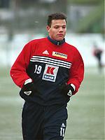 99012808: Helgi Sigurdsson i full fart under trening på kunstgresset på Nadderud 27. januar 1999. (Foto: Peter Tubaas)