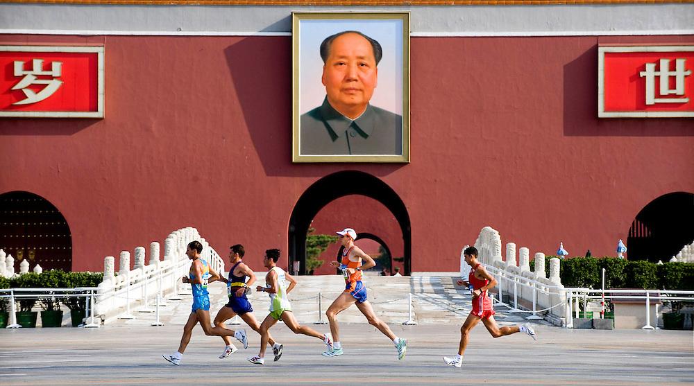 China, Beijing, 24-08-2008.<br /> Olympische Spelen.<br /> Atletiek, Marathon, Mannen.<br /> Kamiel Maase in het midden na 11 km voor het mausoleum van Mao op het Tiananmen Plein.<br /> Foto: Klaas Jan van der Weij