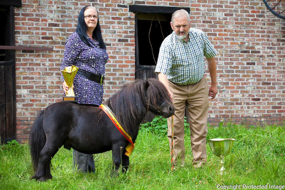361585-Veeprijskamp Pulderbos-Mariette Helsen en André Dillen bij hun shetland paardje Amokachi-Driehoekstraat 49 Zandhoven