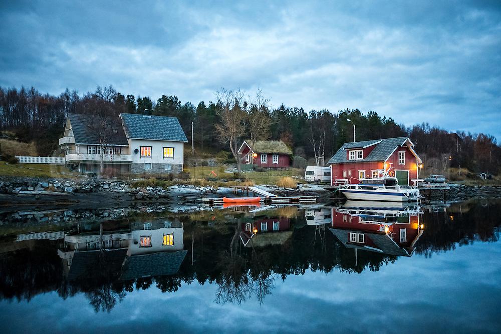 Late evening mood with reflections at Stokksund, Norway | Senkvelds høststemning med refleksjoner i sjøen i Stokksund