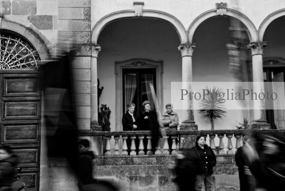 reportage sulla processione che si svolge la mattina del Sabato Santo lungo le strade della città di Galatina in cui vengono portate a spalla le statue della Desolata e del Cristo Morto affiancati da appartenenti alla congrega con il copricapo che richiama la Corona di spine