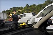 Turkije, Istanbul, 9-6-2011Straatbeeld. Verkeer op de Ataturk brug over de Bosporus, de grens tussen europa en azie. Een jongetje verkoopt tussen de rijbanen in bananen en flesjes water.Foto: Flip Franssen
