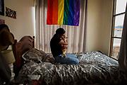 Para Jonathan representar tantos estigmas sociales como alguien que pertenece activamente a la comunidad LGBTI, ser públicamente VIH+ y ahora haberse contagiado de COVID-19. Lo llevaron a reflexionar mucho sobre cómo afrontar colectivamente esta tragedia histórica, Jonathan ya estaba preparado, ya tenía la experiencia para afrontar dificultades médicas y presiones sociales
