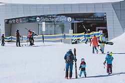 THEMENBILD - Skifahrer vor der Talstation des Gletscherjet am Kitzsteinhorn Gletscherskigebiet, aufgenommen am 13. Februar 2021 in Kaprun, Österreich // Skiers in front of the valley station of the Glacierjet at the Kitzsteinhorn glacier ski resort in Kaprun, Austria on 2021/02/13. EXPA Pictures © 2021, PhotoCredit: EXPA/ JFK