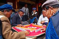 Chine. Province du Yunnan. Village de Baisha, dans les environs de Lijiang. Joueur de Mahjong. // China. Yunnan province. Baisha village around Lijiang. Majhong players.