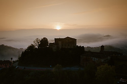 THEMENBILD - Sonnenaufgang mit Frühnebel in Castellinaldo d'Alba. Castellinaldo ist ein Dorf im Herzen des Roero-Bezirks. Das Dorf umgibt die Burg aus dem 16. Jahrhundert, die die Häuser darunter überragt. Die Pfarrkirche San Dalmazzo, die Kirche des Heiligen Leichentuchs und die Casa Cottalord, auch bekannt als Casa Rossa (das Rote Haus). In der Gegend gibt es eine Vielzahl hochwertiger Produkte: Pilze, Trüffel, Honig und zahlreiche Sorten Pfirsiche, Birnen, Erdbeeren, Kastanien und Spargel. Castellinaldo, Italien am Samstag, 9. November 2019 // sunrise at Castellinaldo d'Alba. Castellinaldo is a village in the heart of the Roero district. The village surrounds the 16th-century castle, which overlooks the houses below. The parish church of San Dalmazzo, the Church of the Holy Shroud and Casa Cottalord, also known as Casa Rossa (the Red House). In the area there are a variety of high quality products: mushrooms, truffles, honey and numerous varieties of peaches, pears, strawberries, chestnuts and asparagus. Saturday, November 9, 2019 in Castellinaldo, Italy. EXPA Pictures © 2019, PhotoCredit: EXPA/ Johann Groder