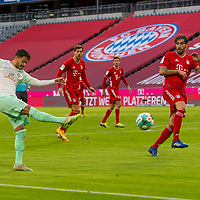 21.11.2020, Allianz Arena, Muenchen, GER,  FC Bayern Muenchen SV Werder Bremen <br /> <br /> <br />  im Bild chance fuer Leonardo Bittencourt (SV Werder Bremen #10) mit Javi Martinez (FCB #8) <br /> <br /> <br /> <br /> Foto © nordphoto / Straubmeier / Pool/ <br /> <br /> DFL regulations prohibit any use of photographs as image sequences and / or quasi-video.