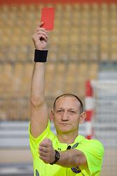 Rokometni sodnik Janko Pozeznik prikazuje sodniski znak za diskvalifikacijo (rdeci karton), 10. aprila 2009, v dvorani Zlatorog, Celje, Slovenija. (Photo by Vid Ponikvar / Sportida)