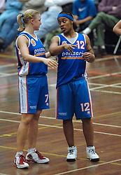 20-04-2005 BASKETBAL: LEVI - PERIK JUMPERS: AMSTERDAM<br /> Levi Amsterdam, wint de eerste playoff wedstrijd met 85-65 / Alshaa Hodges en Sanne Bakker<br /> ©2005-WWW.FOTOHOOGENDOORN.NL