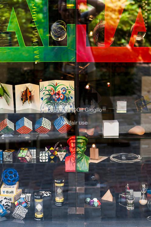 Suisse, Canton de Zurich, vieille-ville de Zurich, magasin souvenirs au pied de l'immeuble dans lequel vécut Lénin du 21 féivrier 1916 au 2 avril 1917 // Switzerland, Zurich canton, old-town of Zurich, special gift shop down building where Lenin live from the february 21 1916 until april 2 1917