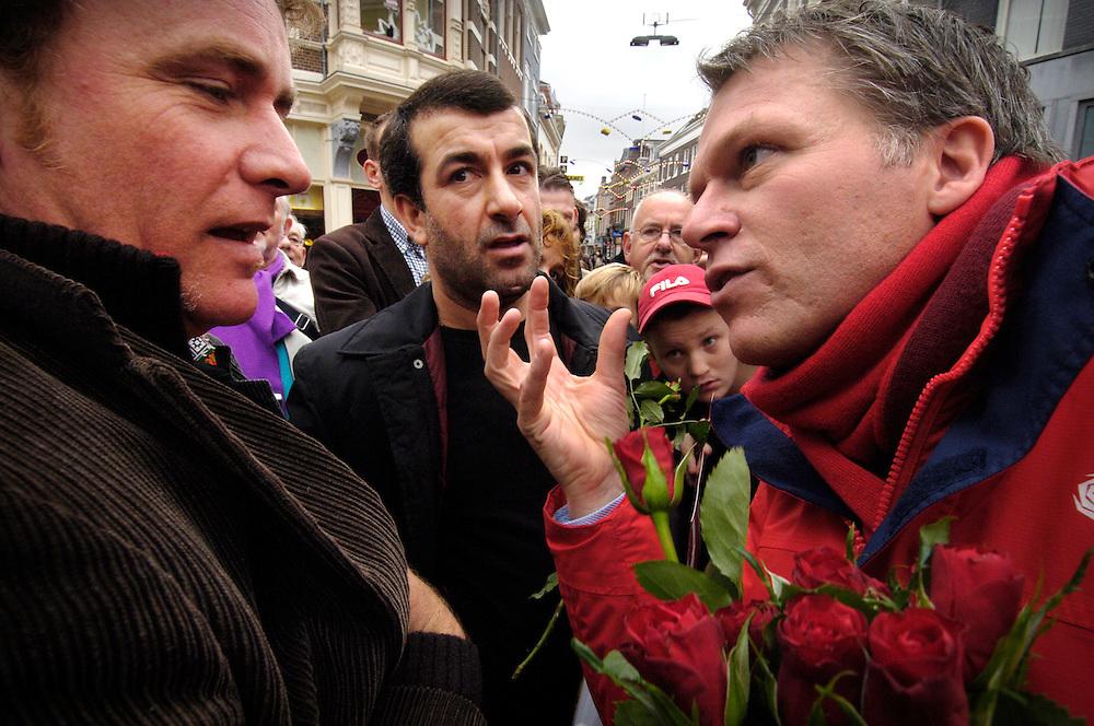 Nederland, Arnhem, 14 nov 2006&#xA;Wouter Bos op campagne. Verkiezingen voor de tweede kamer 2006. PvdA Verkiezingscampagne.  Wouter Bos trekt met zeepkist door het land en spreekt mogelijke kiezers aan, deelt rozen uit, probeert te overtuigen&#xA;&#xA;&#xA;Foto: (c) Michiel Wijnbergh<br />