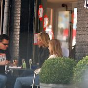 Barry Hay ( Golden Earring) eet een hapje op een terras Amsterdam