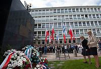 16.08.2013 Bialystok Uroczystosci w 70. rocznice wybuchu powstania w bialostockim getcie. W powstaniu - trwajacym do 20 sierpnia 1943 roku - wzielo udzial 300 powstancow, prawie wszyscy z nich zgineli N/z skladanie kwatow przy Pomniku Wielkiej Synagogi fot Michal Kosc / AGENCJA WSCHOD