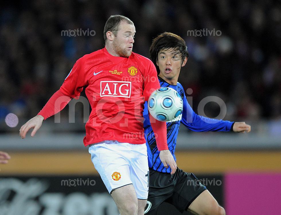 Fussball International FIFA Club WM Japan 2008     18.12.2008 Halbfinale Gamba Osaka - Manchester United Wayne Rooney (ManU, li) gegen Sota Nakazawa (Osaka, re)