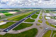 Nederland, Noord-Holland, Haarlemmermeer, 01-08-2016; Schiphol Amsterdam Airport, zicht op Zwanenburgbaan en autosnelweg A5 met taxiende vliegtuigen<br /> View on Zwanenburg runway and A5 motorway with taxiing planes.<br /> luchtfoto (toeslag op standaard tarieven);<br /> aerial photo (additional fee required);<br /> copyright foto/photo Siebe Swart