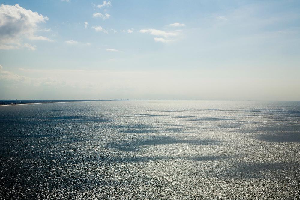 Nederland, Noord-Holland, Noordzee, 16-04-2008; de zee voor de kust tussen Zandvoort en IJmuiden; water, golf, golven, branding, tegenlicht, schittering, zee, oceaan, seascape, zout, zout water..luchtfoto (toeslag); aerial photo (additional fee required); .foto Siebe Swart / photo Siebe Swart