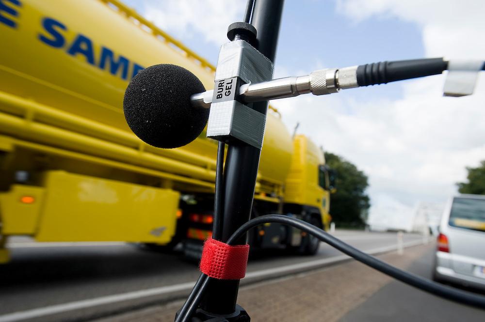 Nederland, Loenen, 24 sept  2009.Geluids- en trillingsmetingen bij viaduct dat vervangen gaat worden. .Foto (c) Michiel Wijnbergh