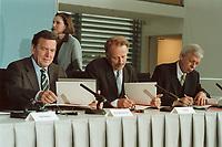 11 JUN 2001, BERLIN/GERMANY:<br /> Gerhard Schroeder (L), SPD, Bundeskanzler, Juergen Trittin (M), B90/Gruene, Bundesumweltminister, und Werner Mueller, Bundeswirtschaftsminister, waehrend der Unterzeichnung einer Vereinbarung zwischen der Bundesregierung und den Kernkraftwerksbetreibern zur geordneten Beendigung der Kernenergie, Bundeskanzleramt, Willy-Brand-Strasse<br /> IMAGE: 20010611-03/01-21<br /> KEYWORDS: Energiekonsens, Atomkonsens, Kernkraft, Kernenergie, Konsens, Energieversorgungsunternehmen, Unterschrift, Gerhard Schröder, Jürgen Trittin, Werner Müller