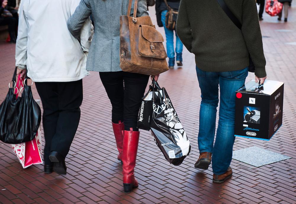 Nederland, Eindhoven, 30 nov 2012.Winkelend publiek in het centrum van Eindhoven. Het is vlak voor Sinterklaas, er worden veel tasjes van winkels meegedragen..Foto (c)  Michiel Wijnbergh