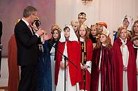 06 JAN 2012, BERLIN/GERMANY:<br /> Christian Wulff (L), Bundespraesident, dankt den Sternsingern fuer ihre Taetigkeit, waehrend dem Sternsingerempfang der 54. Aktion Dreikoenigssingen 2012, Grosser Saal, Schloss Bellevue<br /> IMAGE: 20120106-01-041<br /> KEYWORDS: Sternsinger, Heilige drei Könige, Heilige drei Koenige, Dreikönigssingen