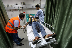 """23.10.2015, Jabalia, PSE, Gewalt zwischen Palästinensern und Israelis, im Bild Zusammenstösse zwischen Palästinensischen Demonstranten und Israelischen Sicherheitskräfte // An injured Palestinian protester, who was wounded during clashes with Israeli security forces, receives treatment at a hospital in the northern Gaza Strip on October 23, 2015. Palestinian factions called for mass rallies against Israel in the occupied West Bank and East Jerusalem in a """"day of rage"""" on Friday, as world and regional powers pressed on with talks to try to end more than three weeks of bloodshed, Palestine on 2015/10/23. EXPA Pictures © 2015, PhotoCredit: EXPA/ APAimages/ Mohammed Asad<br /> <br /> *****ATTENTION - for AUT, GER, SUI, ITA, POL, CRO, SRB only*****"""