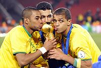 Fotball<br /> USA v Brasil<br /> Foto: DPPI/Digitalsport<br /> NORWAY ONLY<br /> <br /> FOOTBALL - CONFEDERATIONS NATIONS CUP 2009 - FINAL - USA v BRAZIL - 28/06/2009<br /> <br /> CELEBRATION ROBINHO / ANDRE SANTOS / FELIPE MELO (BRA) AFTER WINNING THE CONFEDERATION CUP'S TROPHY