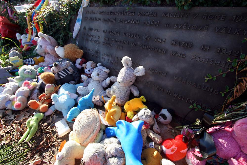 Lidice/Tschechische Republik, CZE, 23.09.06: Während des II. Weltkriegs wurde Lidice von den Nationalsozialisten zerstört. Nach dem Krieg wurde Lidice 300 m vom alten Ort entfernt neu aufgebaut. An der Stelle des früheren Lidice befindet sich heute ein Denkmal und Museum. Die Statuengruppe der Lidicer Kinder aus Bronze, die als ?Denkmal für die Kinderopfer des Krieges? gedacht ist besteht aus 42 Mädchen und 40 Jungen, die 1942 ermordet wurden. <br /> <br /> Lidice/Czech Republic, CZE, 23.09.06: Lidice (Liditz in German) is a village in former Czechoslovakia (now in the Czech Republic) which was completely destroyed by the Nazis during World War II. About 340 men, women and children from the village were murdered by the Nazis. The bronze monument of Lidice children that should be also understood as A Monument of childrens war victims - 42 girls and 40 boys were murdered in 1942 by the Nazis.