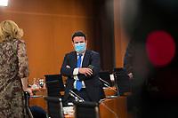 DEU, Deutschland, Germany, Berlin, 14.10.2020: Bundesarbeitsminister Hubertus Heil (SPD) mit Mund-Nase-Bedeckung vor Beginn der 116. Kabinettsitzung im Bundeskanzleramt. Aufgrund der Coronakrise findet die Sitzung derzeit im Internationalen Konferenzsaal statt, damit genügend Abstand zwischen den Teilnehmern gewahrt werden kann.