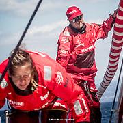 """© María Muiña I MAPFRE: Antonio """"Ñeti"""" Cuervas-Mons y Sophie Ciszek entrenando a bordo del MAPFRE. Antonio """"Ñeti"""" Cuervas-Mons and Sophie Ciszek training on board MAPFRE."""