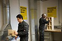 DEU, Deutschland, Germany, Berlin, 17.12.2015: Flüchtlinge arbeiten in einer Werkstatt der Flüchtlings-Initiative der Handwerkskammer, arrivo Berlin, in der Innung für Metall- und Kunststofftechnik.