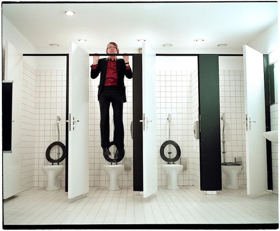 """Nederland. Rotterdam, 29 mei 2007.<br /> Erik-Ward Geerlings, toneelauteur. Schreef """"Petrus Regout"""" over de oprichter van de Sphinx fabriek in Maastricht <br /> Toiletten Bodon-gebouw, Museum Boijmans Van Beuningen<br /> Foto Martijn Beekman <br /> NIET VOOR TROUW, AD, TELEGRAAF, NRC EN HET PAROOL"""