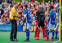 BLOEMENDAAL - strafcorner , Sander de Wijn (Kampong) , keeper David Harte (Kampong) ,    tijdens finale van de play-offs om de Nederlandse titel, Bloemendaal tegen titelhouder Kampong (1-2). Door de overwinning van Kampong volgt er zondag een derde wedstrijd. links Coen van Bunge die een handje helpt.   COPYRIGHT KOEN SUYK