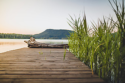 THEMENBILD - Blick auf den See und einem Steg mit Schilf am Faakersee bei Sonnenuntergang, aufgenommen am 20. Juni 2018 in Faak am See, Österreich // View of the lake and a reed with reeds on Lake Faak at sunset during Sunset, Faak am See, Austria on 2018/06/20. EXPA Pictures © 2018, PhotoCredit: EXPA/ JFK