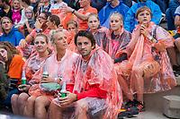UTRECHT -  Doorweekte toeschouwers door de hevige regenval voor de wedstrijd. FIH Pro League, Nederland-Argentinie (2-2) Arg wint shoot outs. COPYRIGHT KOEN SUYK