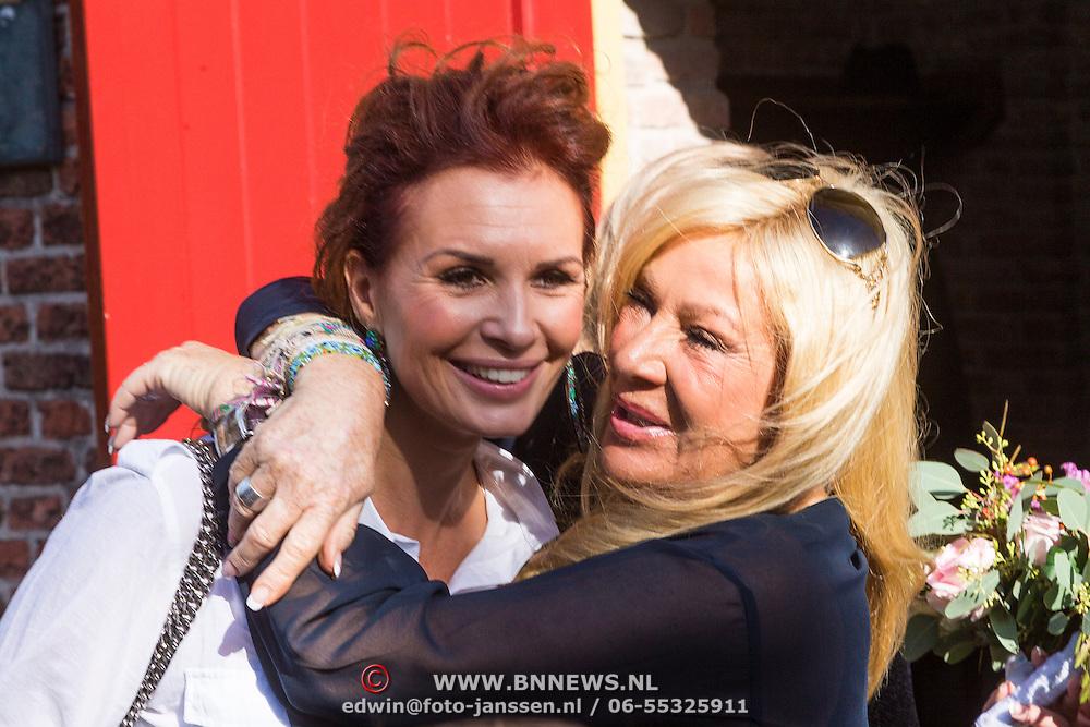 NLD/Laren/20130103 - Huwelijk Laura Ruiters, Leontien Borsato Ruiters en schoonmoeder Mary Borsato