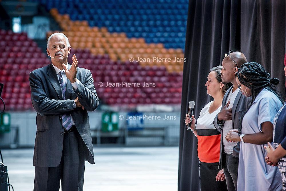 Nederland, Amsterdam, 6 juni 2016.<br /> Op maandag 6 juni 2016 organiseert stichting MaDi in samenwerking met Stedman Graham, de levenspartner van Oprah Winfrey, de 'Dag van de Sterren'. Stedman verzorgt op deze bijzondere dag een aantal inspirerende masterclasses.<br /> Daarnaast presenteren de sterren van het 'Pop-up your Life' programma van MaDi de resultaten die zij hebben geboekt. De Amsterdam ArenA biedt het decor voor genodigden die aan de masterclasses deelnemen. Nieuwe aanpak in de dienstverlening De 'Dag van de Sterren' is het vervolg op het succesvolle 'POP-Up Your Life' programma dat gestart is in 2015.<br /> In deze innovatieve aanpak werken 10 deelnemers, onder begeleiding van Stedman en MaDi medewerkers, aan een persoonlijke ontwikkelingsplan (POP). Uitgangspunt van het POP-plan is dat deelnemers vanuit hun droom werken aan hun toekomst. Deze werkwijze is vernieuwend in de benadering van cliënten in de maatschappelijke dienstverlening.<br /> <br /> <br /> <br /> Foto: Jean-Pierre Jans