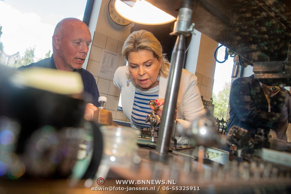 NLD/Amsterdam/201905229 - 10-jarig jubileum van Helden, Bartina Koeman - Borderveld bekijkt het diamant snijden