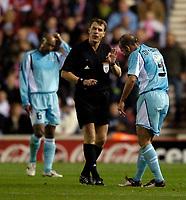 Fotball<br /> UEFA Cup 2004/2005<br /> Foto: SBI/Digitalsport<br /> NORWAY ONLY<br /> 04.11.2004<br /> <br /> Middlesbrough v Lazio<br /> <br /> Lazio's Paolo Di Canio (R) receives a lecture from referee Iouri Baskakov (C) as Lazio endure a torrid evening.