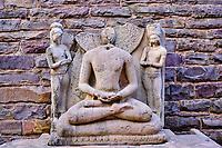 Inde, état du Madhya Pradesh, Sanchi, monuments bouddhiques classés Patrimoine mondial de l'UNESCO, le grand stupa, statue de Bouddha // India, Madhya Pradesh state, Sanchi, Buddhist monuments listed as World Heritage by UNESCO, the main stupa a 2200 year old Buddhist monument built by Emperor Ashoka, Unesco World Heritage, Buddha statue