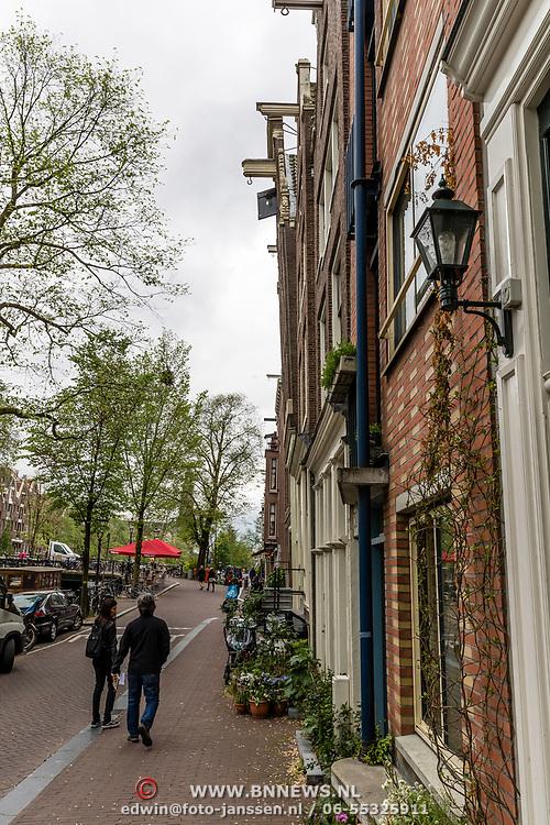 NLD/Amsterdam/20170524 - Verzakking van een woning in Amsterdam, gevel uit het loot