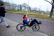 In Utrecht rijdt atlete Rosa Bas voor het eerst op een ligfiets. In september wil het Human Power Team Delft en Amsterdam, dat bestaat uit studenten van de TU Delft en de VU Amsterdam, tijdens de World Human Powered Speed Challenge in Nevada een poging doen het wereldrecord snelfietsen voor vrouwen te verbreken met de VeloX 9, een gestroomlijnde ligfiets. Het record is met 121,81 km/h sinds 2010 in handen van de Francaise Barbara Buatois. De Canadees Todd Reichert is de snelste man met 144,17 km/h sinds 2016.<br /> <br /> In Utrecht athlete Rosa Bas rides a recumbent for the first time. With the VeloX 9, a special recumbent bike, the Human Power Team Delft and Amsterdam, consisting of students of the TU Delft and the VU Amsterdam, also wants to set a new woman's world record cycling in September at the World Human Powered Speed Challenge in Nevada. The current speed record is 121,81 km/h, set in 2010 by Barbara Buatois. The fastest man is Todd Reichert with 144,17 km/h.