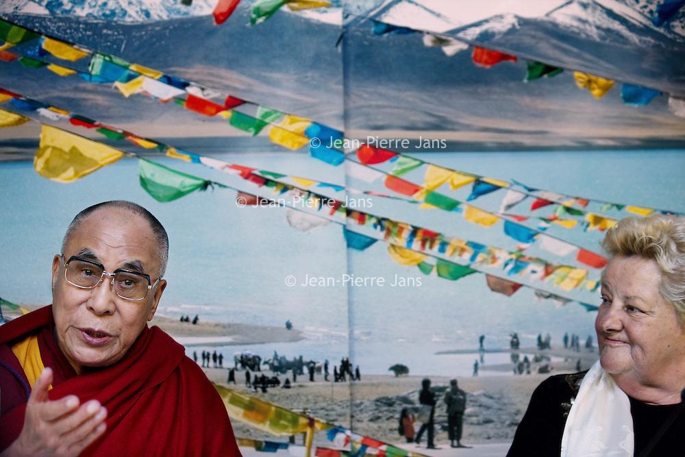 Nederland, Amsterdam , 10 mei 2014.<br /> Bezoek Dala Lama in Nederland.<br /> De dalai lama is aangekomen op Schiphol voor een driedaags bezoek aan Nederland. De geestelijk leider van Tibet is hier op uitnodiging van de Stichting Bezoek Dalai Lama om uitleg te geven over de boeddhistische leer.<br /> China is niet blij met het bezoek.  <br /> De dalai lama is somber over de mensenrechtensituatie in Tibet. Volgens de spiritueel leider is die verslechterd sinds zijn laatste bezoek aan Nederland in 2009. Er heerst een klimaat van angst in Tibet, zei hij tijdens een persconferentie op de luchthaven.<br /> Op de foto: Dalai Lama samen met politica en tv-presentatrice Erica Terpstra. Erica Terpstra tijdens persconferentie op Schiphol<br /> Visit of the Dalai Lama in the Netherlands.<br /> The Dalai Lama at a press conference  at Schiphol airport. He has arrived for a three-day visit to the Netherlands. China is not amused.<br /> Next to the buddhist leader former stte secretary and former member of the Olympic committee Erica Terpstra.