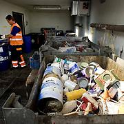 Nederland Barendrecht 30 augustus 20080830 Foto: David Rozing .Milieupark Carnisselande, op het afvalaanbiedstation kunnen afvalstoffen afkomstig van particuliere huishoudens worden aangeboden. Medewerker in aparte ruimte waar het chemisch afval wordt opgeslagen. ..Garbage disposal, enviroment, enviromental, green initiative..Foto: David Rozing