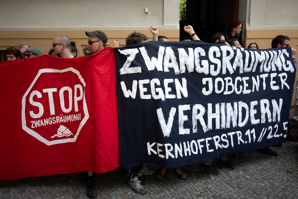 Ca. 60 Aktivisten und Nachbarn blockieren in der Kernhoferstrasse in Berlin-Lichtenberg die Zwangsräumung einer Familie aus ihrer Wohnung. Der Gerichtsvollzieher und Vertreter der Hausverwaltung zogen sich angesichts der Proteste zurück,  laut Polizeibeamten wurde die Räumung für den heutigen Tag abgesagt.<br /> <br /> [© Christian Mang - Veroeffentlichung nur gg. Honorar (zzgl. MwSt.), Urhebervermerk und Beleg. Nur für redaktionelle Nutzung - Publication only with licence fee payment, copyright notice and voucher copy. For editorial use only - No model release. No property release. Kontakt: mail@christianmang.com.]