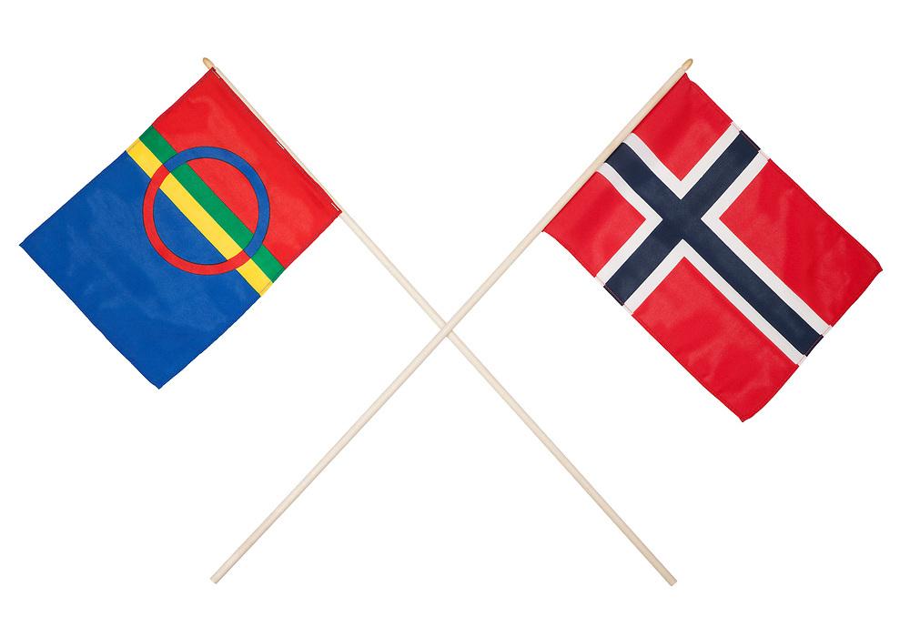 Norsk og samisk flagg i kryss. Det samiske flagget på venstre side og det norske flagget til høyre. Isolert mot hvit bakgrunn.